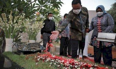 Anies Ziarah ke Makam  Saefullah